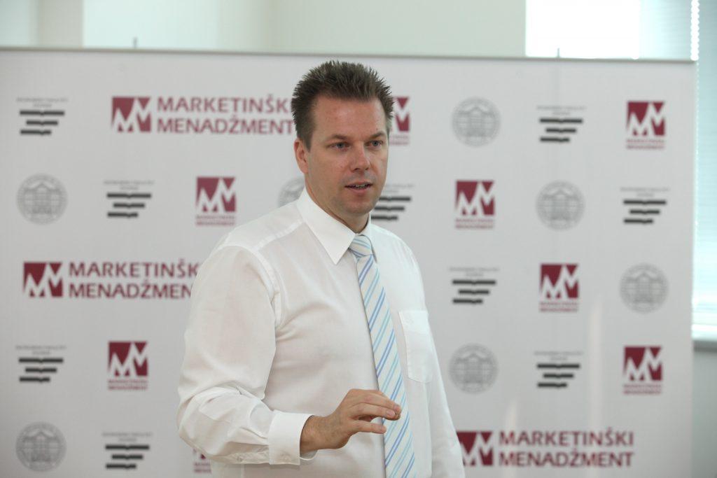 Vatroslav Skare lecturing a course.
